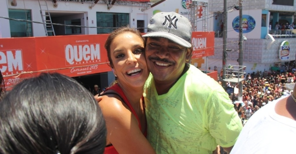 13.fev.2013 - Ivete Sangalo posa para foto com Cumpadre Washington, vocalista do  o Tchan, no arrasto da quarta-feira de cinzas no Carnaval de Salvador