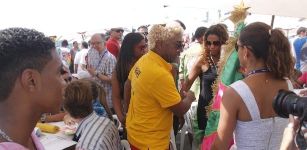 3e45b83e4d1a8 13.fev.2013 - Ivo Meirelles e integrantes da escola de samba Mangueira  aguardam