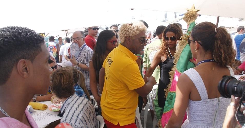 13.fev.2013 - Ivo Meirelles e integrantes da escola de samba Mangueira aguardam o início da apuração na Sapucaí