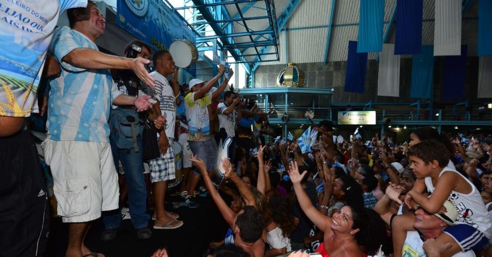 13.fev.2013 - Na quadra da agremiação, integrantes da Vila Isabel comemoram a vitória