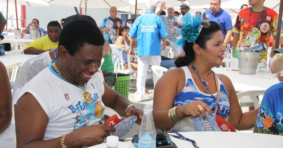 13.fev.2013 - Neguinho da Beija-Flor se prepara para o início da apuração no Rio de Janeiro