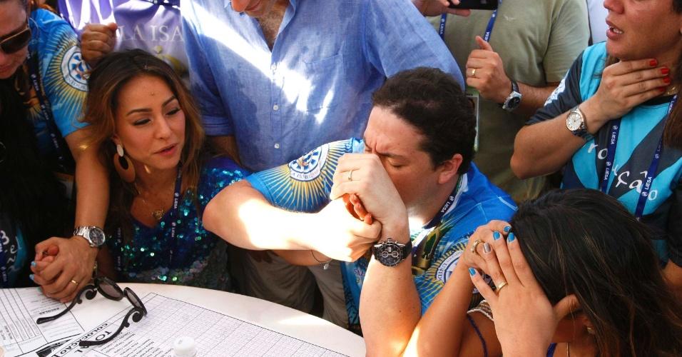 13.fev.2013 - Presidente da Unidos da Vila Isabel, Wilsinho Alves vibra no momento do anúncio da nota que deu vitória à escola