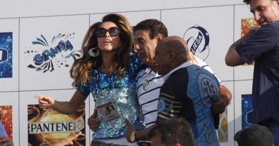 13.fev.2013 - Rainha de bateria pela Vila Isabel, Sabrina Sato vibra com os integrantes da agremiação, mesmo após a entrega do troféu