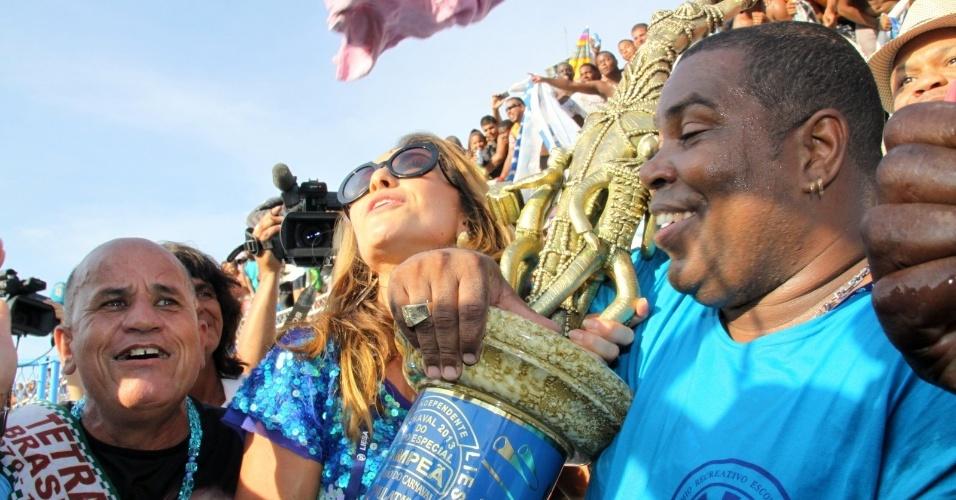 13.fev,2013 - Rainha de bateria pela Vila Isabel, Sabrina Sato vibra com os integrantes da agremiação na entrega do troféu