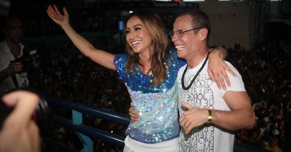 13.fev.2013 - Sabrina Sato e Carlinhos de Jesus se juntam à torcida na quadra da Vila Isabel, campeã do Carnaval carioca deste ano, para comemorar o título
