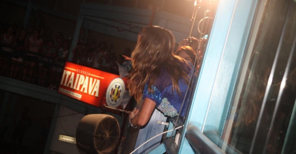 13.fev.2013 - Sabrina Sato manda beijo à torcida na quadra da Vila Isabel, campeã do Carnaval carioca deste ano, para comemorar o título