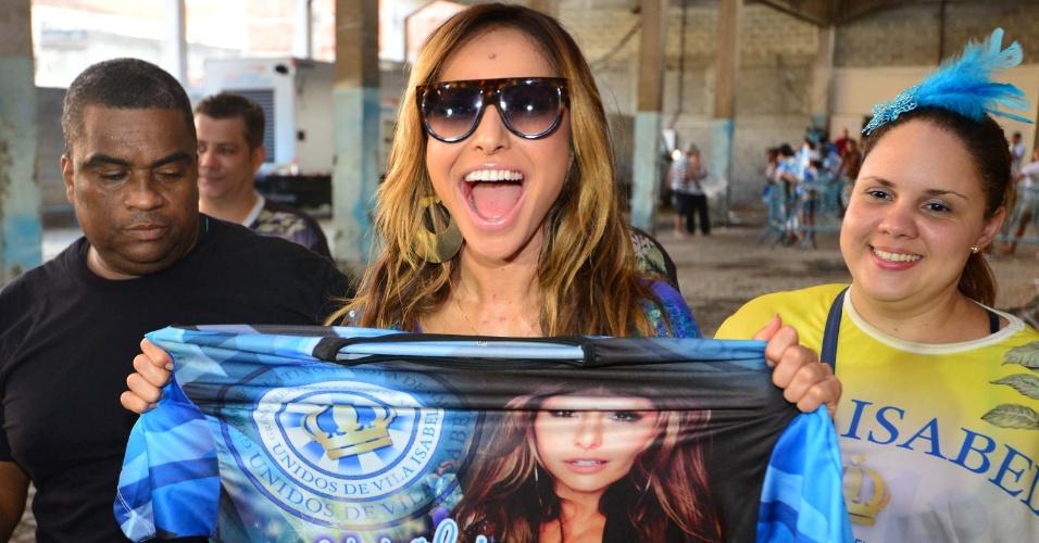 13.fev.2013 - Sabrina Sato se junta à torcida na quadra da Vila Isabel, campeã do Carnaval carioca deste ano, para comemorar o título