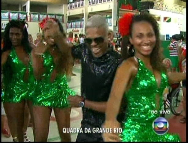 13.fev.2013 - Torcida na quadra da escola de samba Grande Rio acompanha a apuração do grupo especial na Sapucaí