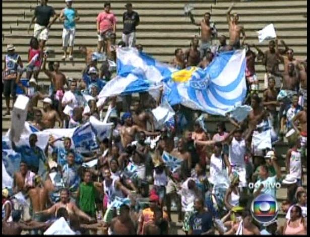 13.fev.2013 - Torcida da Vila Isabel comparece na Sapucaí para acompanhar a apuração do grupo especial