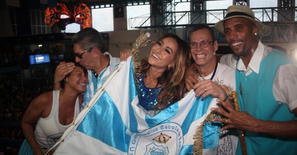 Sabrina Sato e Carlinhos de Jesus se juntam à torcida na quadra da Vila Isabel, campeã do Carnaval carioca deste ano, para comemorar o título