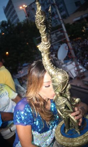 Sabrina Sato se junta à torcida na quadra da Vila Isabel, campeã do Carnaval carioca deste ano, para comemorar o título