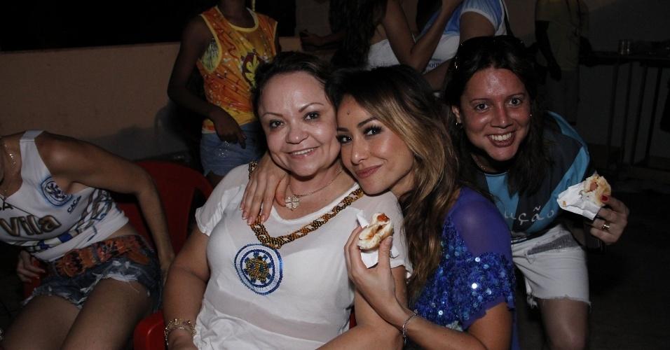 13.fev.2013 - Sabrina Sato come cachorro-quente e bolo na comemoração na quadra da Vila Isabel, campeã do Carnaval carioca deste ano