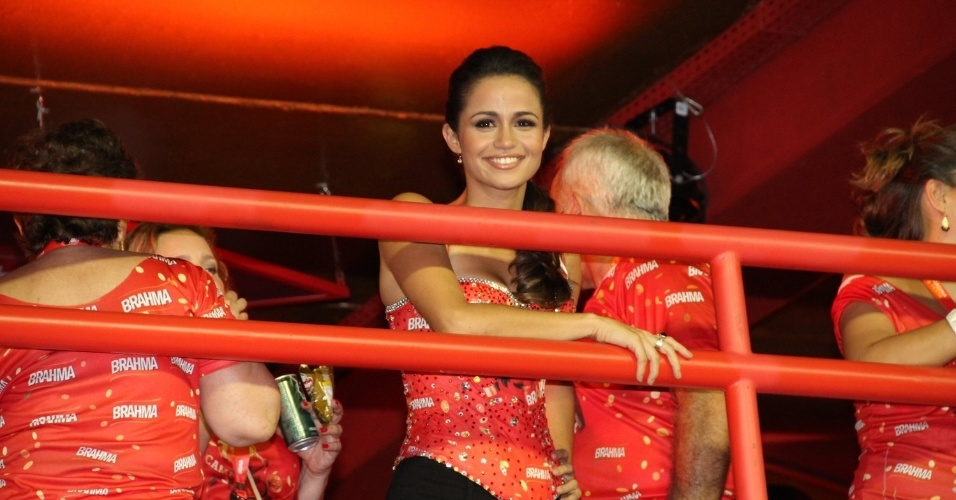16.fev.2013 - A atriz Nanda Costaem camarote durante o desfile das campeãs do Carnaval Carioca