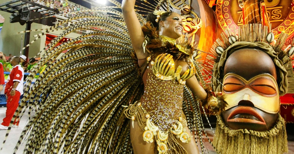 16.fev.2013 - A Salgueiro, quinta colocada do Carnaval carioca, se apresenta na Marquês do Sapucaí