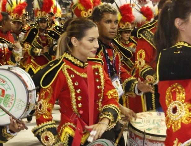 16.fev.2013 - Cléo Pires toca com a bateria da Grande Rio durante desfile das campeãs no Rio