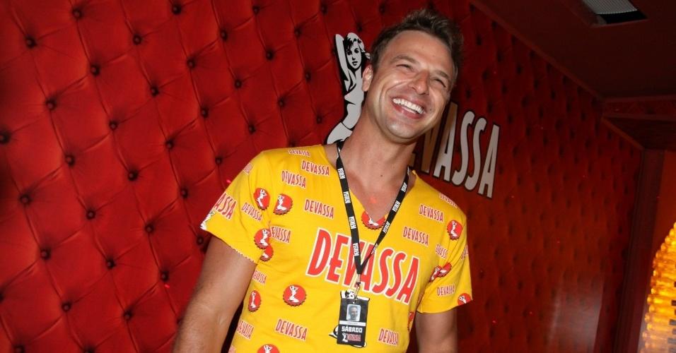 16.fev.2013 - O ator Cássio Reis curte do camarote Devassa o desfile das campeãs do Carnaval Carioca