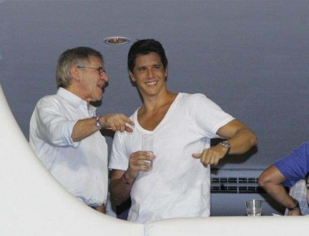 16.fev.2013 - O ator Harrison Ford conversa com o ator Márcio Garcia durante o desfile das campeãs do Carnaval carioca