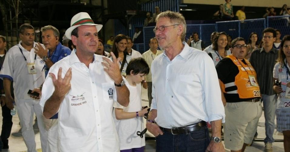 16.fev.2013 - O ator Harrison Ford conversa com o prefeito do Rio de Janeiro, Eduardo Paes, durante o desfile das campeãs do Carnaval carioca