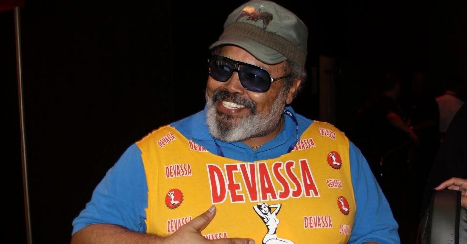 16.fev.2013 - O cantor Jorge Aragão no camarote Devassa durante o desfile das campeãs do Carnaval Carioca