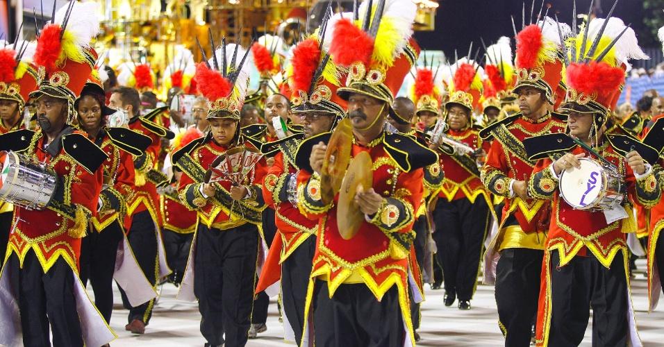 16.fev.2013 - Os ritmistas da bateria da Grande Rio tocam durante desfile das campeãs no Rio