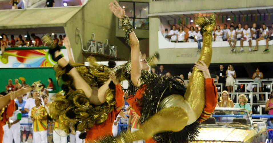 16.fev.2013 - Passistas da Grande Rio, que passou pela Sapucaí neste sábado (16) para o desfile das campeãs do Rio, fazem coreografia ousada