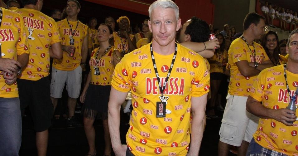 16.fev.2013 - Anderson Cooper em camarote durante o desfile das campeãs do Carnaval Carioca