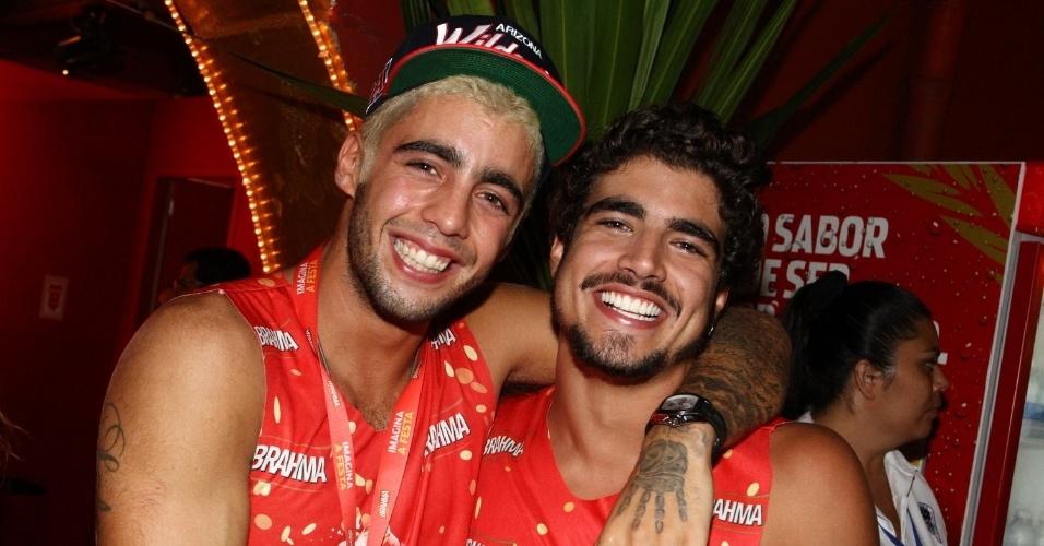 16.fev.2013 - Caio Castro e Pedro Scooby em camarote durante o desfile das campeãs do Carnaval Carioca
