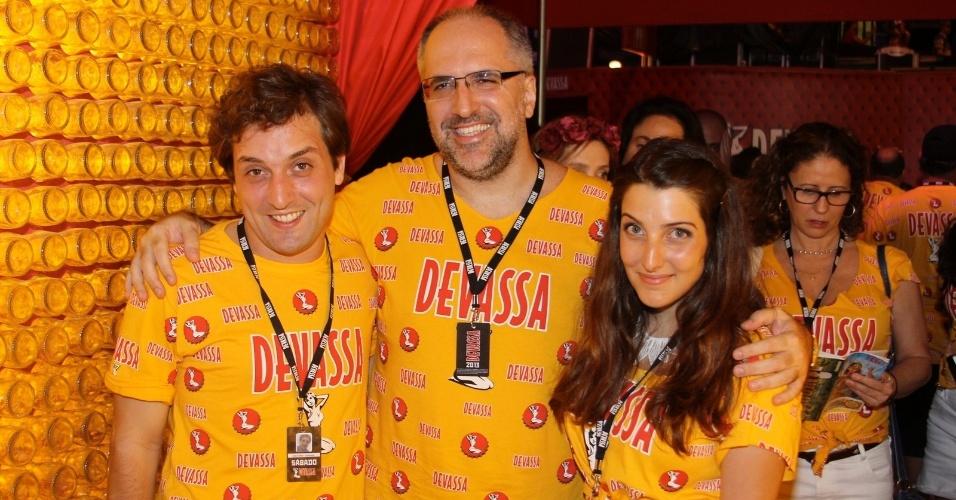 16.fev.2013 - Gregorio Duvivier, Antonio Tabel e Clarice Falcão em camarote da Marquês do Sapucaí durante o desfile das campeãs do Carnaval Carioca