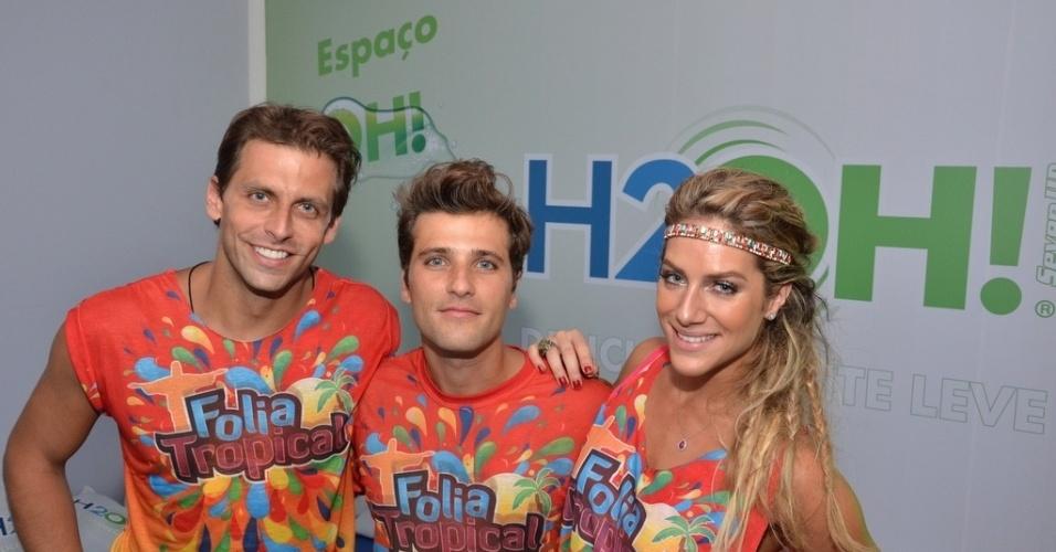 16.fev.2013 - Henri Castelli, Bruno Gagliasso e Geovanna Ewbank em camarote durante o desfile das campeãs do Carnaval Carioca