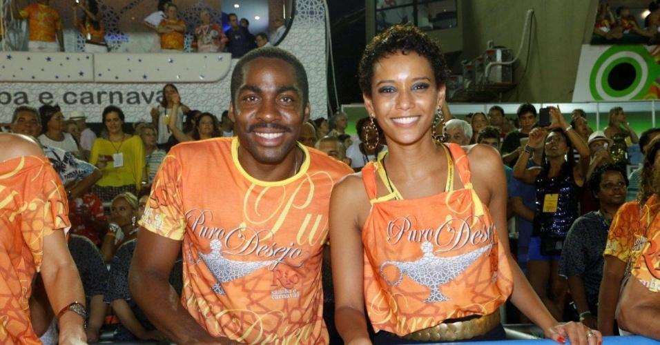 16.fev.2013 - Lázaro Ramos e Taís Araújo em camarote durante o desfile das campeãs do Carnaval Carioca