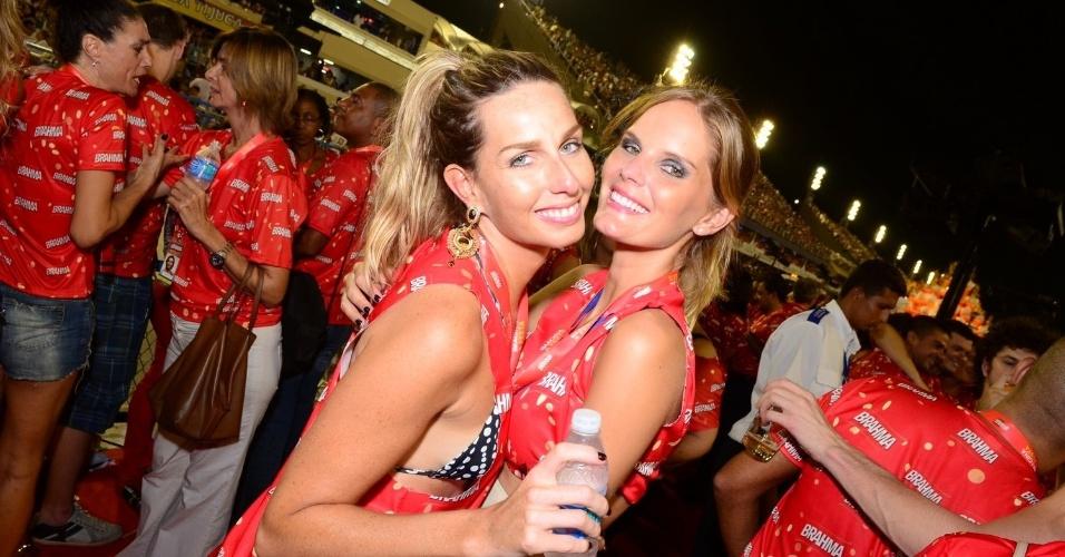 16.fev.2013 - Mariana Weickert e Marcele Bittar em camarote durante o desfile das campeãs do Carnaval Carioca