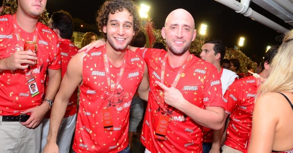 16.fev.2013 - Rafael Almeida e Paulo Gustavo em camarote durante o desfile das campeãs do Carnaval Carioca