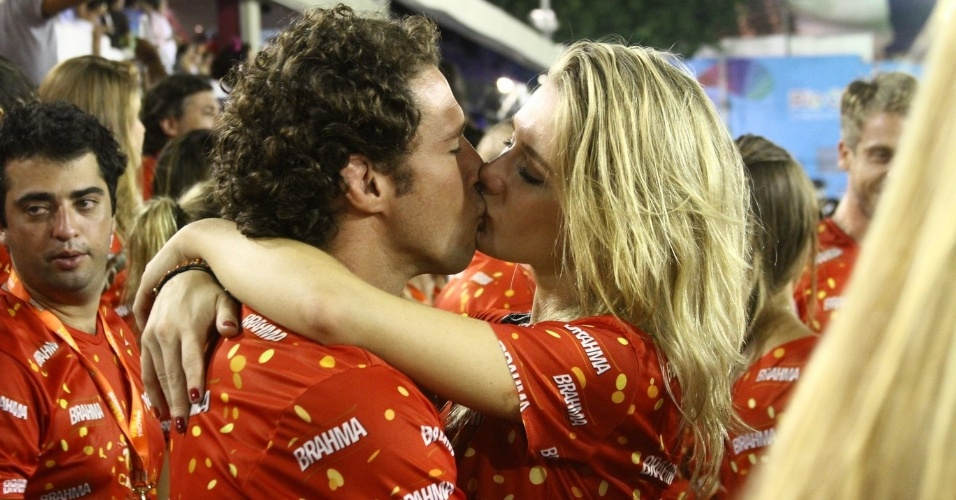16.fev.2013 -Fiorella Mattheis e Flavio Canto se beijam em camarote no Rio