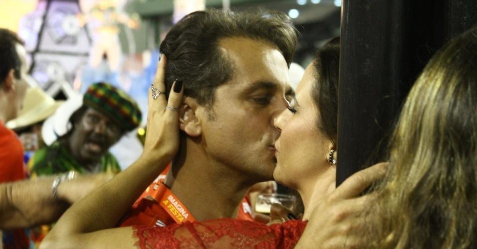 16.fev.2013 -Guilhermina Guinle e Leonardo Antonelli se beijam em camarote no Rio