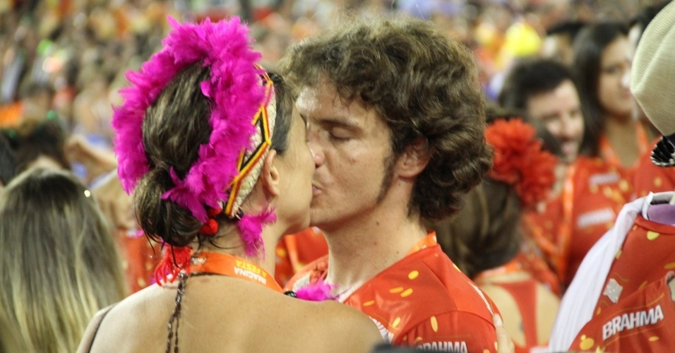 16.fev.2013 -Maria Paula e o namorado, o americano Nathan, se beijam em camarote no Rio