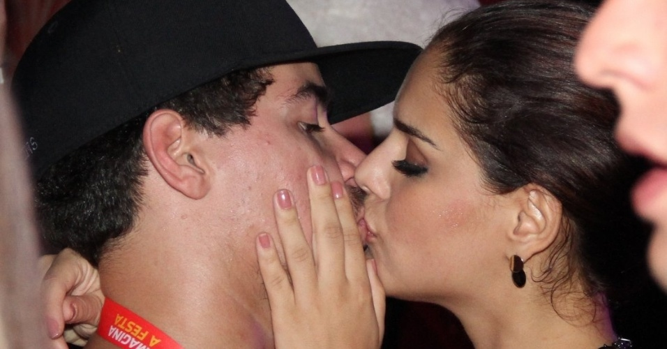 16.fev.2013 -Thiago Martins e Paloma Bernardi se beijam em camarote no Rio