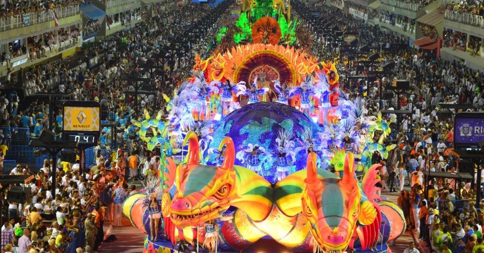 17.fev.2013 - A Vila Isabel, grande vencedora do Carnaval carioca de 2013, se apresenta na Marquês de Sapucaí