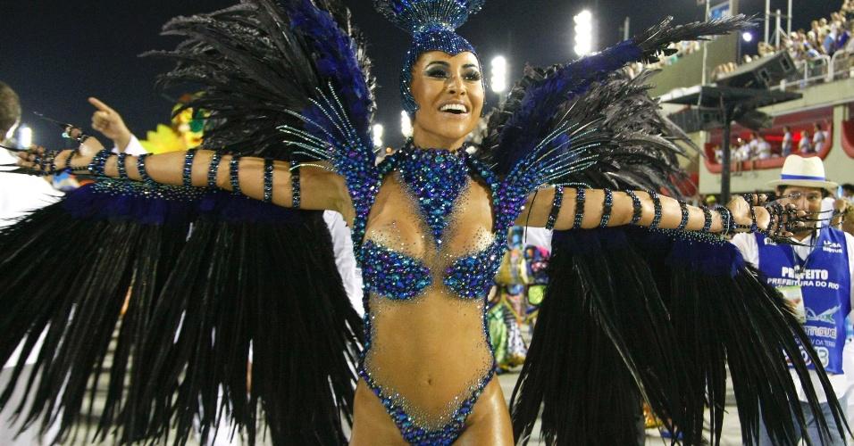 17.fev.2013 - Sabrina Sato samba pela Vila Isabel no desfile das campeãs do Carnaval carioca