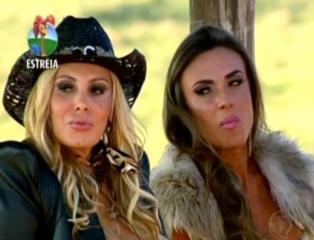 Ângela Bismarchi e Nicole Bahls observam a chegada da ex-dançarina do Faustão, Robertha Portella (29/5/12)