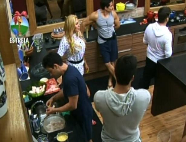 Após acordaram, participantes preparam almoço no segundo dia de confinamento em