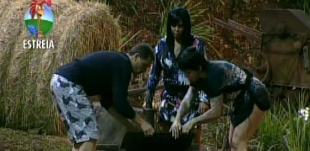 Gustavo Salyer, Gretchen e Penélope Nova descobrem um poço no quintal do celeiro (30/5/12)