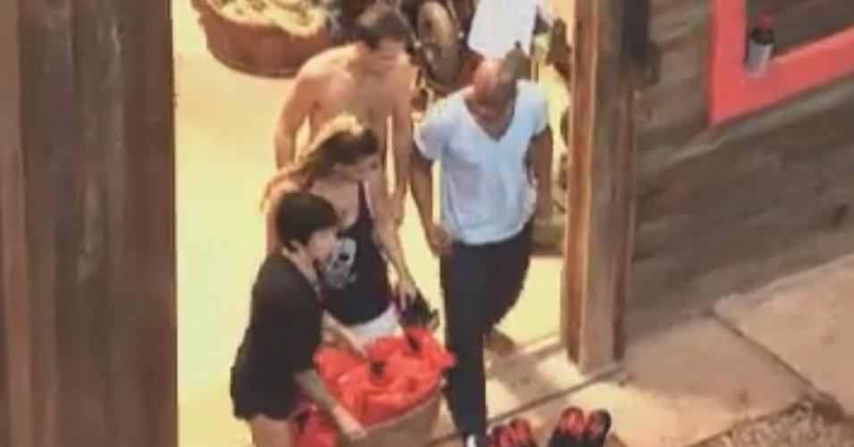 Peõe que estão no celeiro recebem roupas especiais para disputarem prova no programa ao vivo desta quarta-feira (30/5/12)