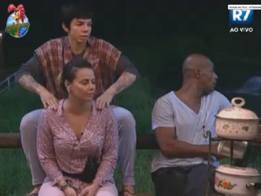 Após prova para tentar sair da berlinda, Penélope Nova faz massagem em Viviane Araújo (30/5/12)