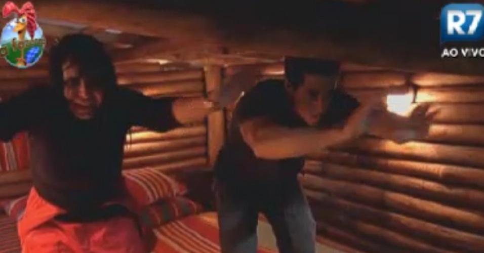 Gretchen e Felipe Folgosi acenam da sede para os peões que voltaram para o celeiro (30/5/12)