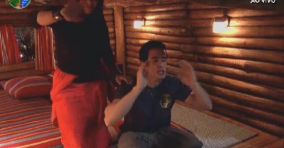 Gretchen e Felipe Folgosi acenam e gritam para peões do celeiro após ter vencido prova de afinidade (30/5/12)