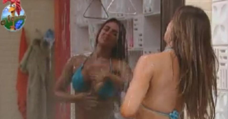Nicole Bahls esbanja sensualidade em banho (31/5/12)