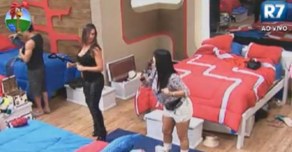 Gretchen (esq.) ensina Nicole (dir.) a dançar o