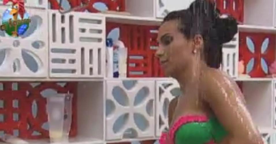 Shayene Cesário toma banho sozinha na sede (2/6/12)