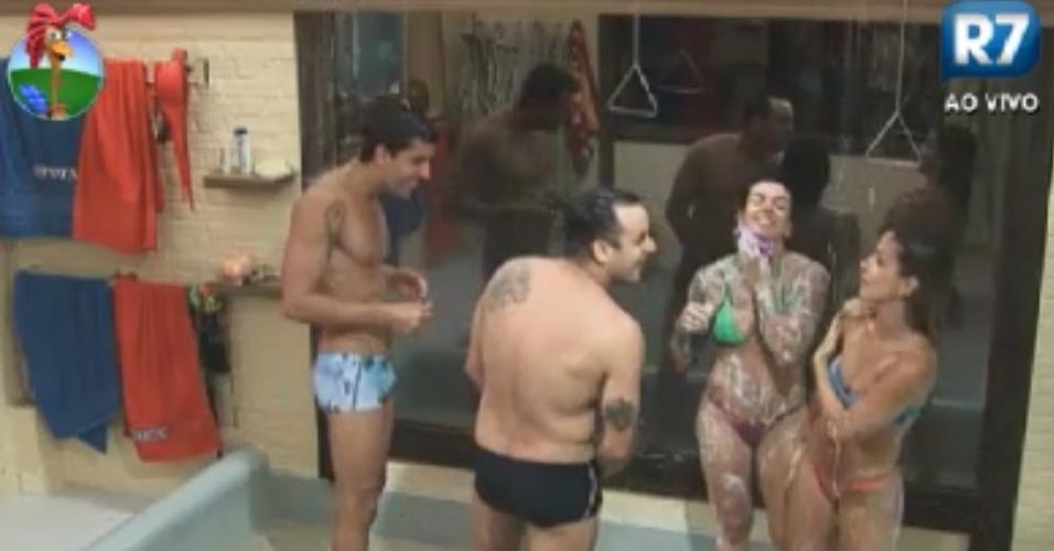 Diego Pombo (esq.), Rodrigo Capella (de costas), Penélope Nova (de biquíni verde) e Robertha Portella tomam banho juntos após nadarem na piscina (3/6/12)
