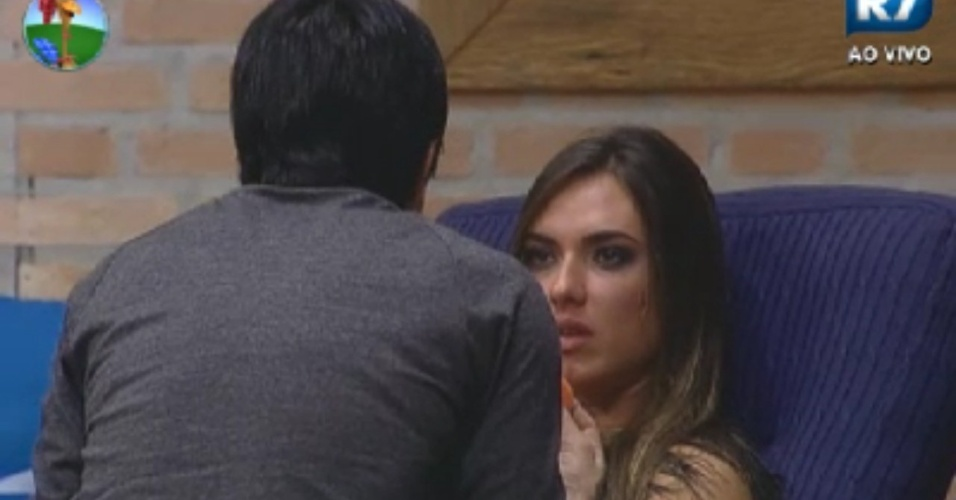 Penlope Nova (costas) conversa com Nicole Bahls na sede (2/6/12)